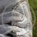 buty but różne biały but sznurówki